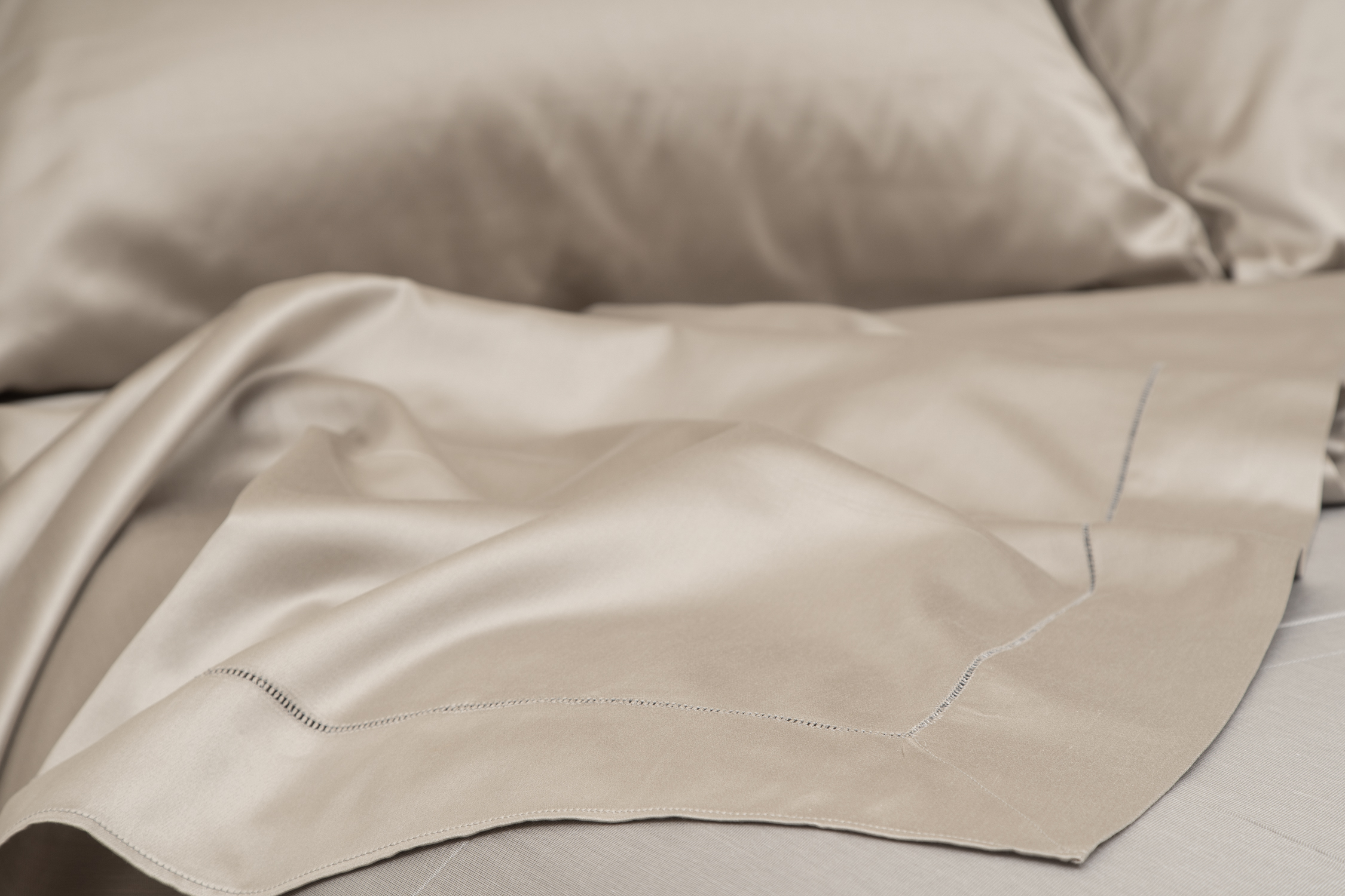 Sateen 600 Sheets in Taupe
